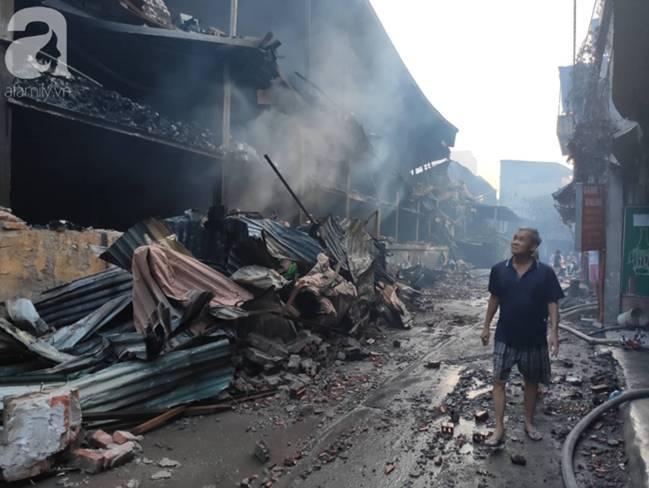 Sau một đêm cháy tại Công ty Rạng Đông, cả khu phố Hạ Đình vẫn chìm trong khói đen mù mịt-8