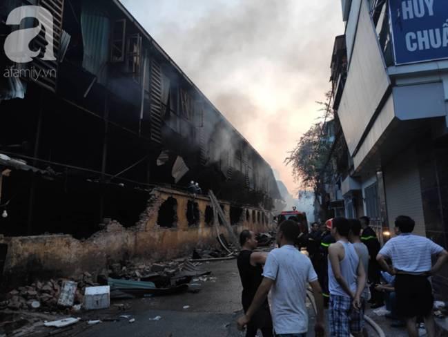 Sau một đêm cháy tại Công ty Rạng Đông, cả khu phố Hạ Đình vẫn chìm trong khói đen mù mịt-10