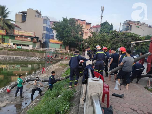 Sau một đêm cháy tại Công ty Rạng Đông, cả khu phố Hạ Đình vẫn chìm trong khói đen mù mịt-15