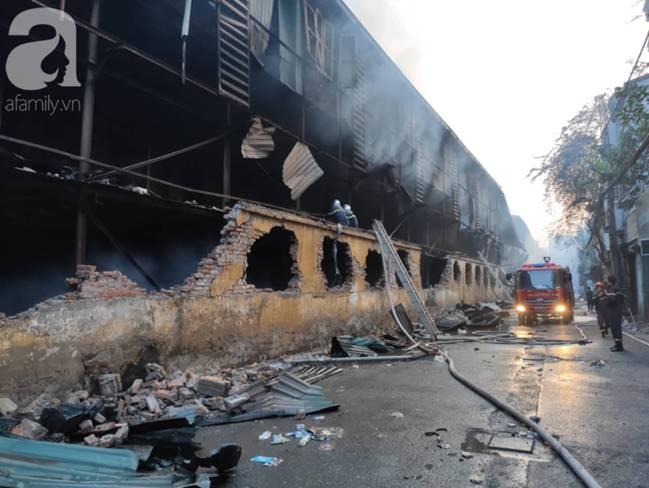 Sau một đêm cháy tại Công ty Rạng Đông, cả khu phố Hạ Đình vẫn chìm trong khói đen mù mịt-11