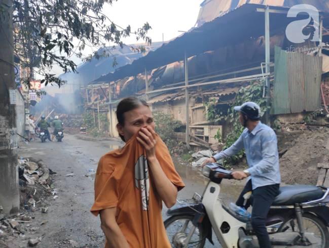 Sau một đêm cháy tại Công ty Rạng Đông, cả khu phố Hạ Đình vẫn chìm trong khói đen mù mịt-13