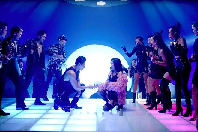 Bích Phương mặc váy lộ vòng một khiêm tốn trong MV Đi đu đưa đi-6
