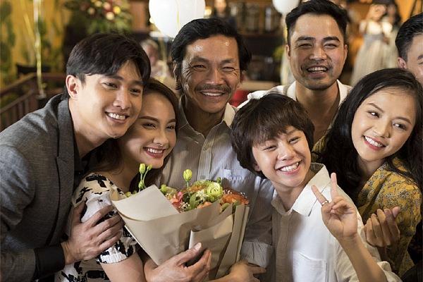 Dàn diễn viên 'Về nhà đi con' đồng loạt chúc mừng 'bố Sơn' Trung Anh-1