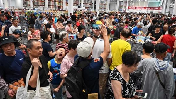 Ngán ngẩm cảnh khai trương thương hiệu Mỹ ở Trung Quốc: Khách xếp hàng dài nửa cây số suốt 3 tiếng, vừa mở cửa đã tràn vào như ong vỡ tổ-1