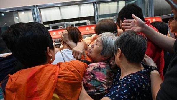 Ngán ngẩm cảnh khai trương thương hiệu Mỹ ở Trung Quốc: Khách xếp hàng dài nửa cây số suốt 3 tiếng, vừa mở cửa đã tràn vào như ong vỡ tổ-4