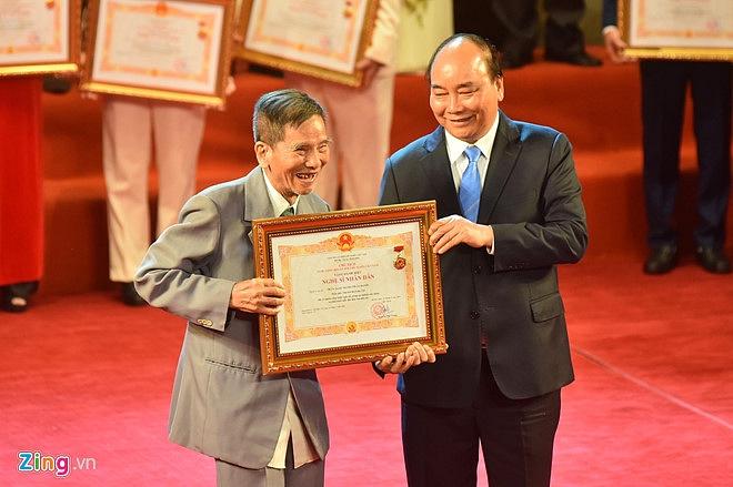 Nghệ sĩ 90 tuổi Trần Hạnh xúc động nhận danh hiệu NSND-3