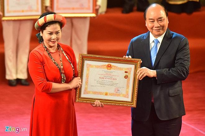 Nghệ sĩ 90 tuổi Trần Hạnh xúc động nhận danh hiệu NSND-5
