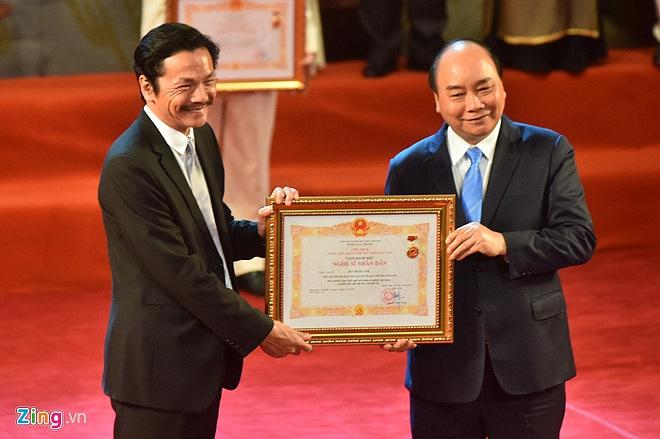 Nghệ sĩ 90 tuổi Trần Hạnh xúc động nhận danh hiệu NSND-6