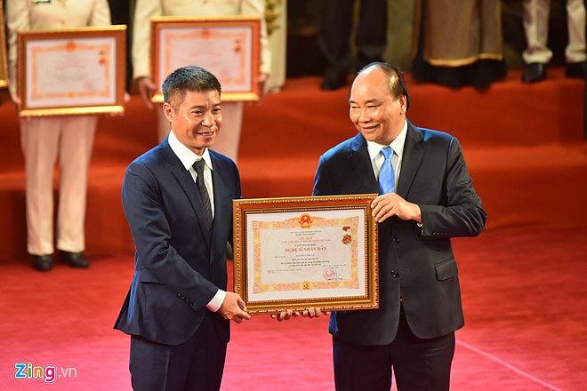 Nghệ sĩ 90 tuổi Trần Hạnh xúc động nhận danh hiệu NSND-7