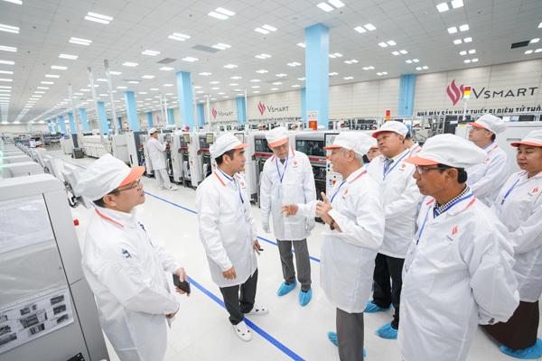 Chủ tịch Quốc hội vùng Yangon (Myanmar) ấn tượng với dây chuyền sản xuất điện thoại VinSmart-3