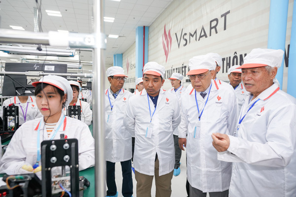 Chủ tịch Quốc hội vùng Yangon (Myanmar) ấn tượng với dây chuyền sản xuất điện thoại VinSmart-5