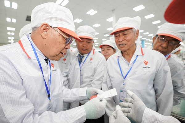 Chủ tịch Quốc hội vùng Yangon (Myanmar) ấn tượng với dây chuyền sản xuất điện thoại VinSmart-6