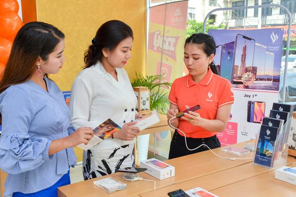 Chủ tịch Quốc hội vùng Yangon (Myanmar) ấn tượng với dây chuyền sản xuất điện thoại VinSmart-9
