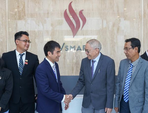 Chủ tịch Quốc hội vùng Yangon (Myanmar) ấn tượng với dây chuyền sản xuất điện thoại VinSmart-10