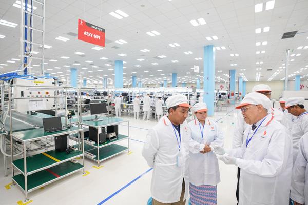 Chủ tịch Quốc hội vùng Yangon (Myanmar) ấn tượng với dây chuyền sản xuất điện thoại VinSmart-1