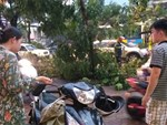 Hà Nội: Giữa cơn mưa giông khủng khiếp, người đàn ông cố tình xua đuổi 2 mẹ con rời khỏi sảnh TTTM khiến nhiều người bức xúc-4