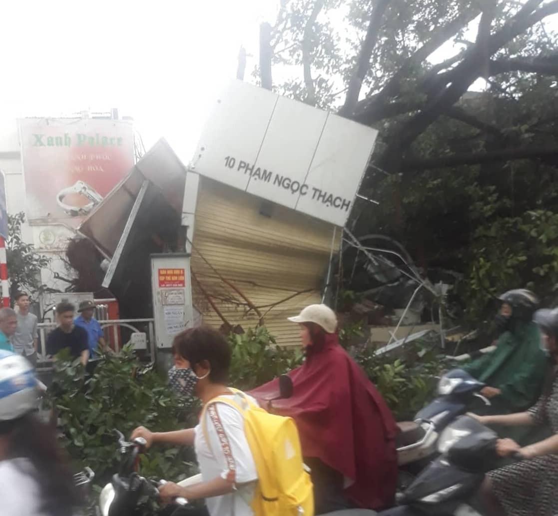 Bão số 4 đang di chuyển vào đất liền, Hà Nội mưa gió khủng khiếp, đã có 1 người chết do cây xanh đè trúng-21