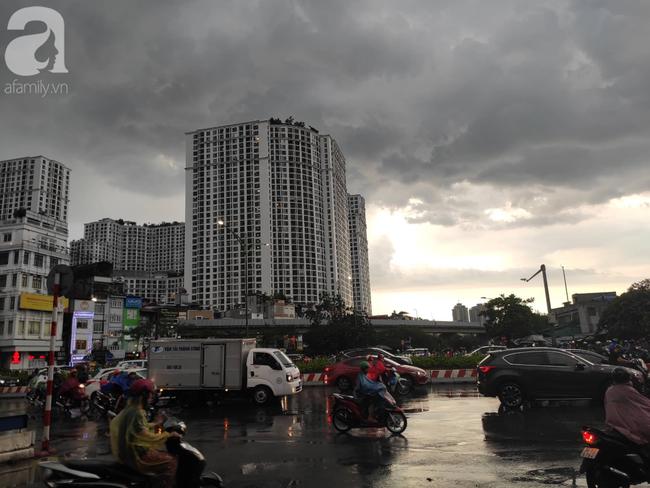 Bão số 4 đang di chuyển vào đất liền, Hà Nội mưa gió khủng khiếp, đã có 1 người chết do cây xanh đè trúng-13