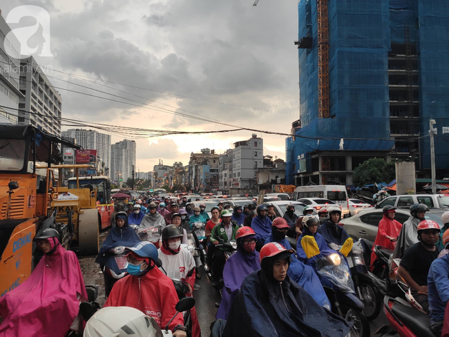 Bão số 4 đang di chuyển vào đất liền, Hà Nội mưa gió khủng khiếp, đã có 1 người chết do cây xanh đè trúng-17