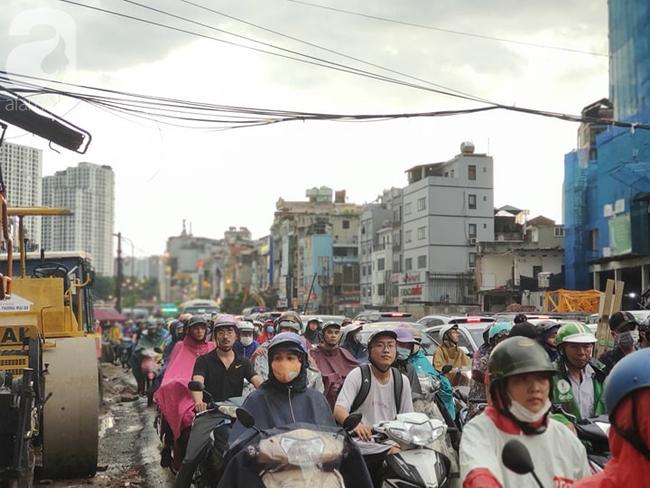 Bão số 4 đang di chuyển vào đất liền, Hà Nội mưa gió khủng khiếp, đã có 1 người chết do cây xanh đè trúng-18