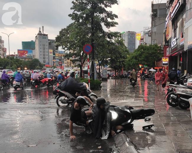Bão số 4 đang di chuyển vào đất liền, Hà Nội mưa gió khủng khiếp, đã có 1 người chết do cây xanh đè trúng-15