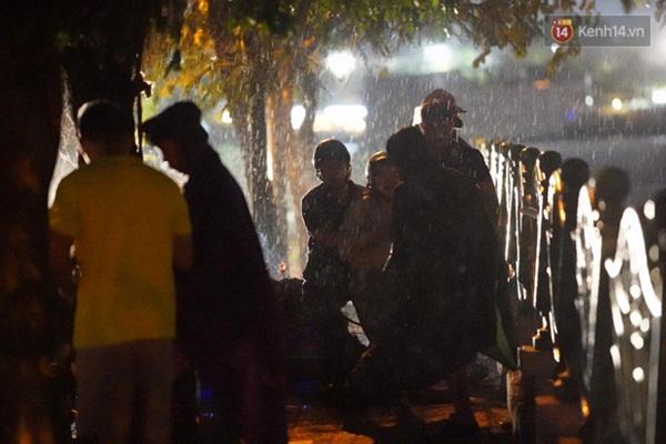 Xót xa cảnh người thân gào khóc thảm thiết tại hiện trường nam thanh niên tử vong vì cây đổ ở Hà Nội-5