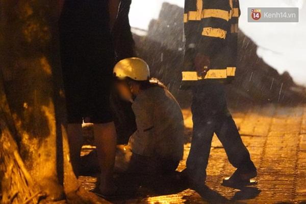 Xót xa cảnh người thân gào khóc thảm thiết tại hiện trường nam thanh niên tử vong vì cây đổ ở Hà Nội-6