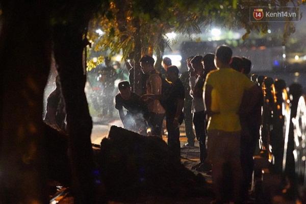 Xót xa cảnh người thân gào khóc thảm thiết tại hiện trường nam thanh niên tử vong vì cây đổ ở Hà Nội-7