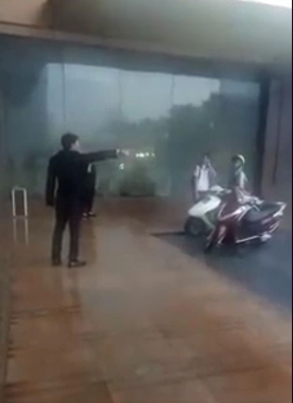 Hà Nội: Giữa cơn mưa giông khủng khiếp, người đàn ông cố tình xua đuổi 2 mẹ con rời khỏi sảnh TTTM khiến nhiều người bức xúc-1