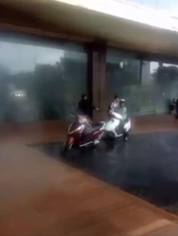 Hà Nội: Giữa cơn mưa giông khủng khiếp, người đàn ông cố tình xua đuổi 2 mẹ con rời khỏi sảnh TTTM khiến nhiều người bức xúc-2