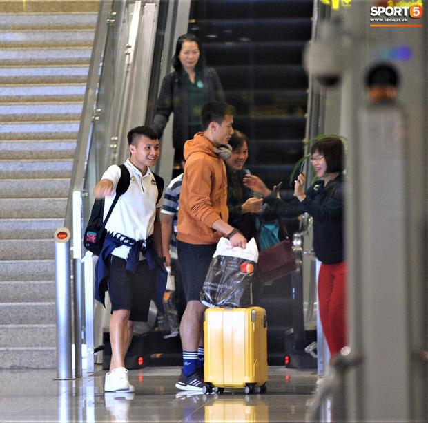 Quang Hải, Tiến Dũng tươi rói trở về trong đêm sau sự cố trễ chuyến bay-3