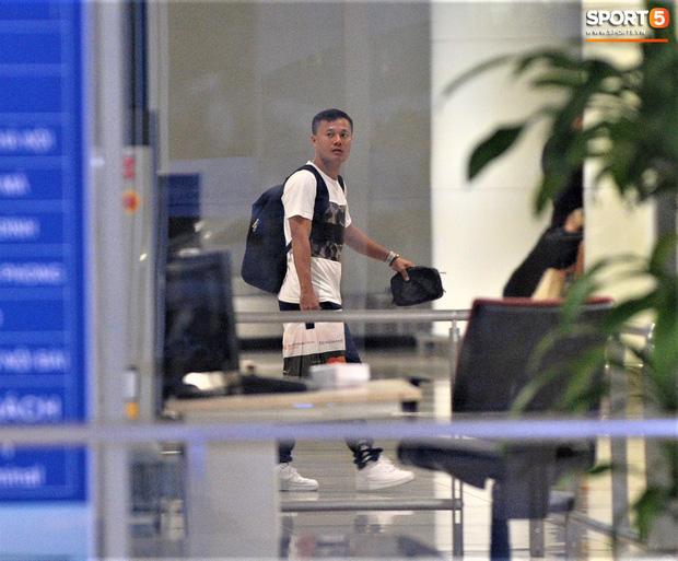 Quang Hải, Tiến Dũng tươi rói trở về trong đêm sau sự cố trễ chuyến bay-5