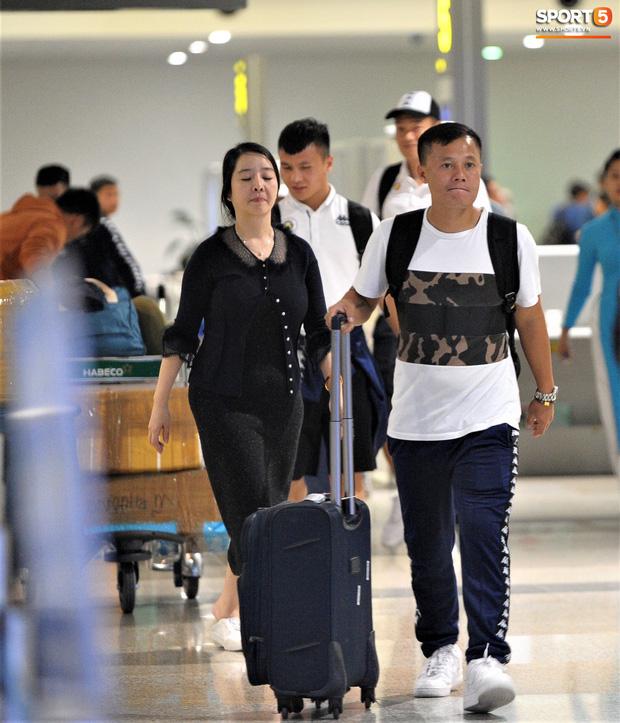 Quang Hải, Tiến Dũng tươi rói trở về trong đêm sau sự cố trễ chuyến bay-6