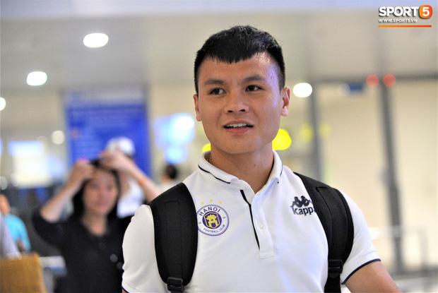 Quang Hải, Tiến Dũng tươi rói trở về trong đêm sau sự cố trễ chuyến bay-1