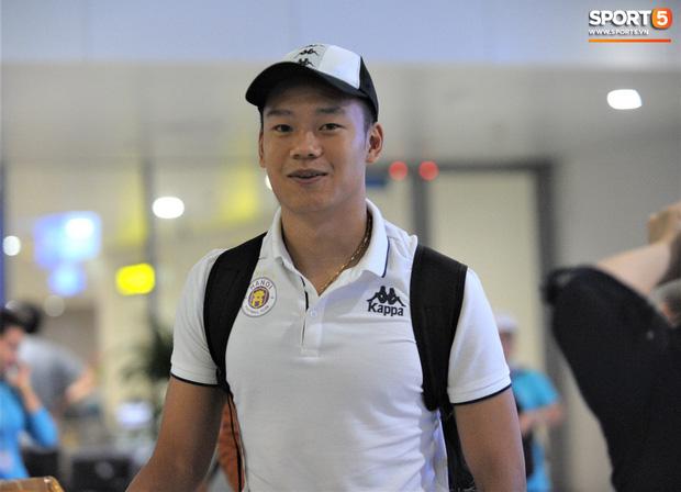 Quang Hải, Tiến Dũng tươi rói trở về trong đêm sau sự cố trễ chuyến bay-7
