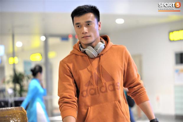 Quang Hải, Tiến Dũng tươi rói trở về trong đêm sau sự cố trễ chuyến bay-8