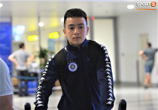 Quang Hải, Tiến Dũng tươi rói trở về trong đêm sau sự cố trễ chuyến bay-9