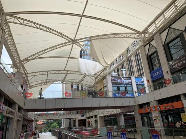 Khoảnh khắc gây sốc: Người phụ nữ bị nước mưa đổ ập xuống cuốn phăng cả chục mét khi đang đi trong trung tâm thương mại-2
