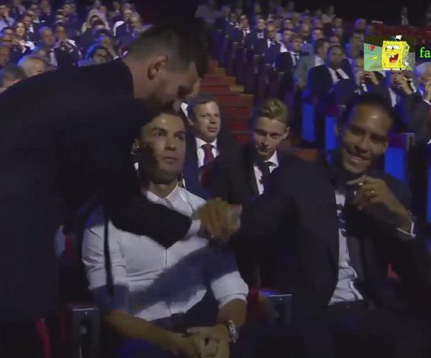 Cười nghiêng ngả với biểu cảm cực đắt giá của Ronaldo khi chứng kiến Messi ẵm danh hiệu cao quý ngay trước mắt-1
