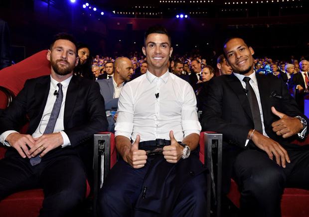 Cười nghiêng ngả với biểu cảm cực đắt giá của Ronaldo khi chứng kiến Messi ẵm danh hiệu cao quý ngay trước mắt-3