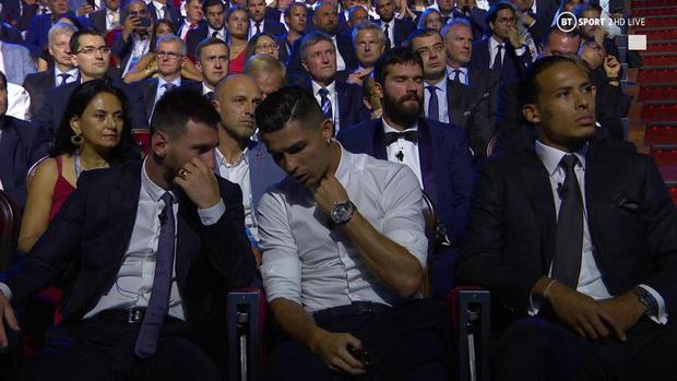 Cười nghiêng ngả với biểu cảm cực đắt giá của Ronaldo khi chứng kiến Messi ẵm danh hiệu cao quý ngay trước mắt-5