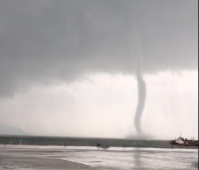 Cận cảnh vòi rồng quét trên biển Hà Tĩnh trước khi cơn bão số 4 đổ bộ đất liền-2