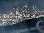 Quanh nhà máy Rạng Đông cửa đóng then cài, cháy hàng khẩu trang, nước muối-19