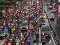 Về quê nghỉ lễ 2/9: Trời Hà Nội mưa như trút nước, đường Sài Gòn chật cứng, người dân chen nhau mua vé ở bến xe