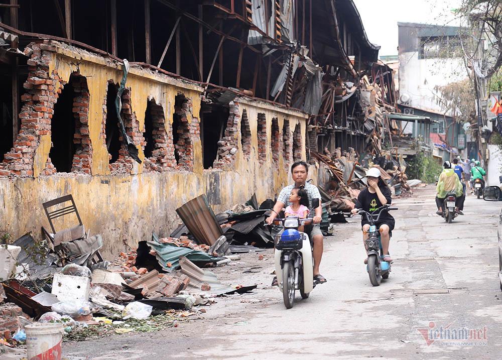 Quanh nhà máy Rạng Đông cửa đóng then cài, cháy hàng khẩu trang, nước muối-17