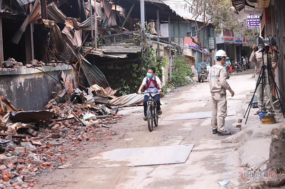Quanh nhà máy Rạng Đông cửa đóng then cài, cháy hàng khẩu trang, nước muối-11