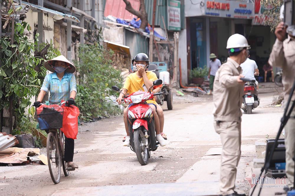 Quanh nhà máy Rạng Đông cửa đóng then cài, cháy hàng khẩu trang, nước muối-4