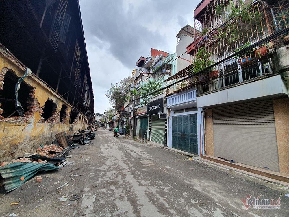 Quanh nhà máy Rạng Đông cửa đóng then cài, cháy hàng khẩu trang, nước muối-9