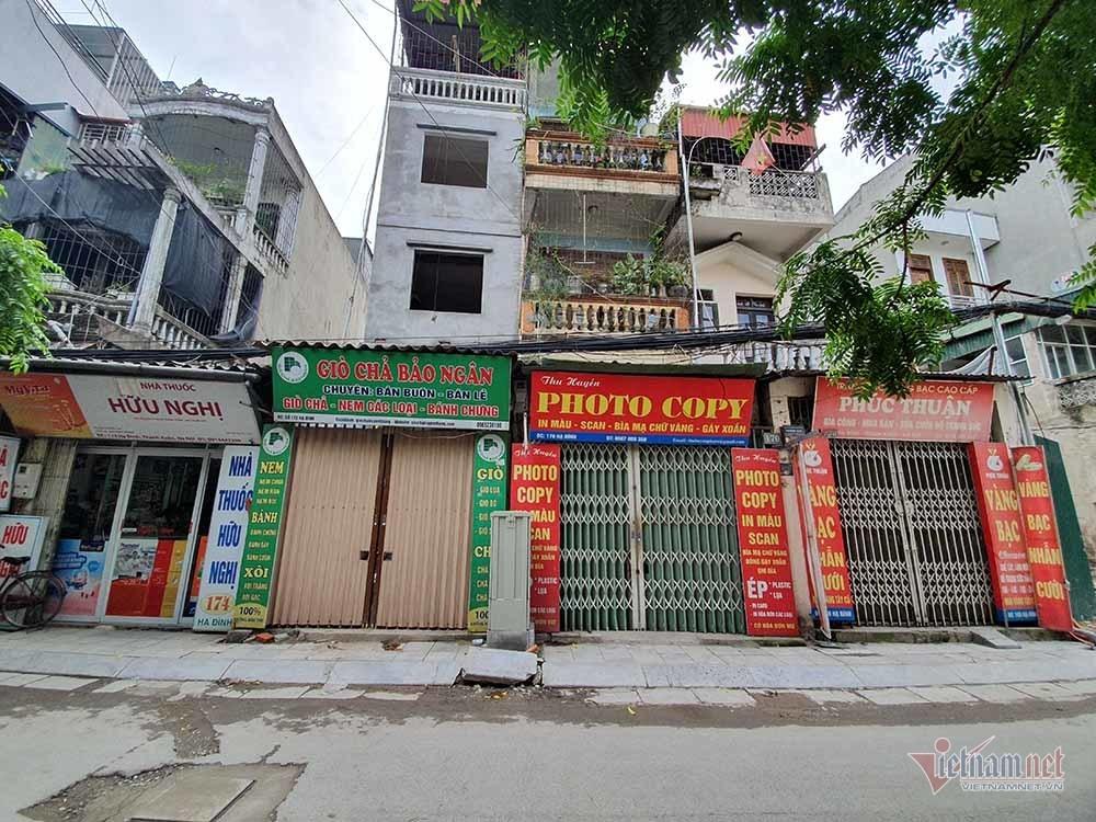 Quanh nhà máy Rạng Đông cửa đóng then cài, cháy hàng khẩu trang, nước muối-8