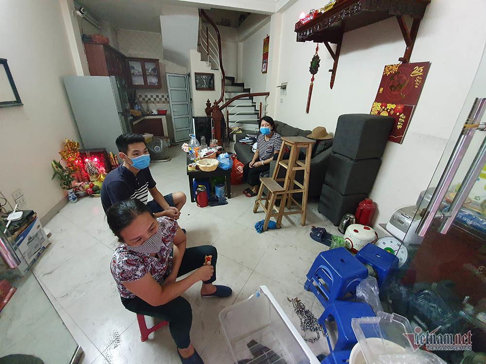 Quanh nhà máy Rạng Đông cửa đóng then cài, cháy hàng khẩu trang, nước muối-5